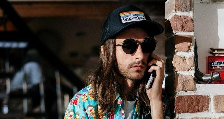 Conseils en paris sportifs : homme au téléphone avec un déguisement bizarre