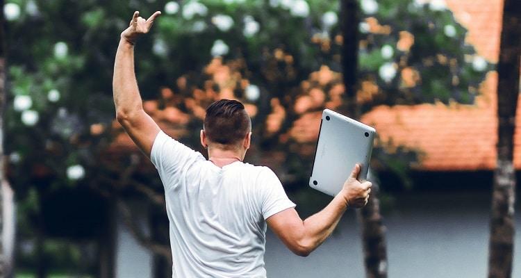 Comment parier en ligne : homme avec un ordinateur portable
